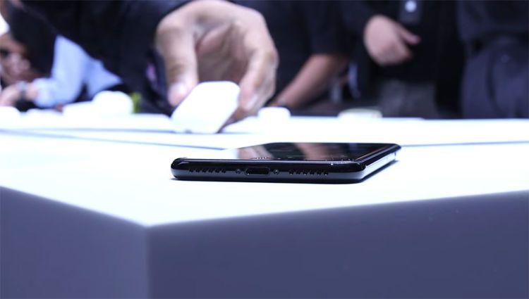iPhone7钢琴黑正面及Airpods耳机